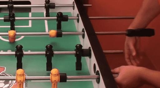 Tenir votre poignée au baby-foot pour un snake shot